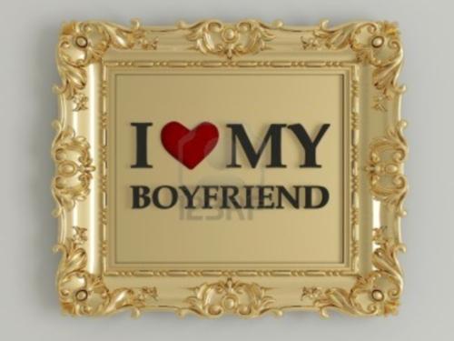 15152181 marco antiguo del oro etiquetado yo amo a mi novio delante de una pared blanca Yo amo a mi novio